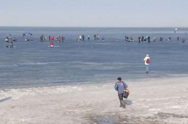 Бесстрашные рыбаки вышли налед Финского залива