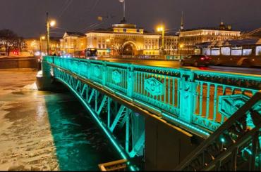 Вчесть праздника Ирландии подсветка Дворцового моста стала изумрудной