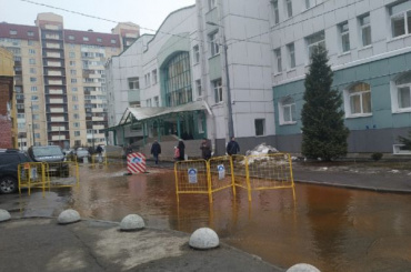 Искусственный пруд появился уполиклиники №114 после прорыва трубы