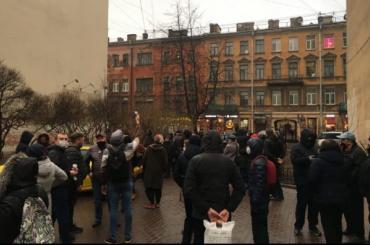 Более сотни петербуржцев встали вживой щит вдоль сквера вКузнечном переулке