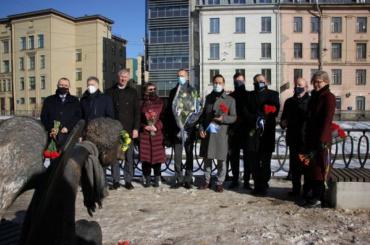 Иностранные дипломаты принесли цветы кПечальному ангелу наКарповке