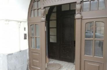 Извинился изаплатил: жильцы дома наСтарорусской простили ночного гостя засломанную дверь
