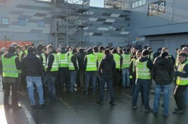 «Петрович», вам невезет: работники компании устроили забастовку