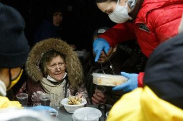 Новый рекорд: вПетербурге испекли 700кг блинов для бездомных