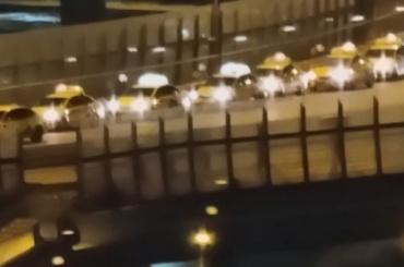 Десятки автомобилей такси парализовали движение помосту Бетанкура
