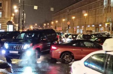 «Вся площадь взаторе»: светофор наплощади Восстания перестал работать
