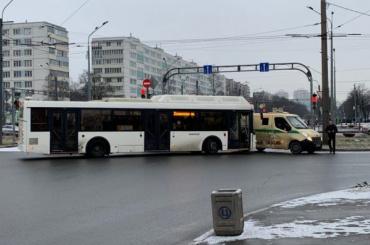 Автобус протаранил инкассаторскую машину воФрунзенском районе