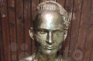 Похищенный вПетербурге памятник Моргенштерну продают на«Авито»