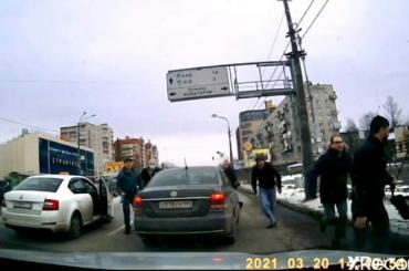 Неизвестный проткнул ножом колесо автомобиля инапал наводителя