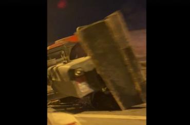 Легковушка столкнулась страктором наОктябрьской набережной