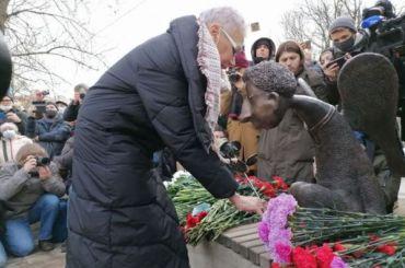 Без Беглова: памятник погибшим медикам вПетербурге открыли официально