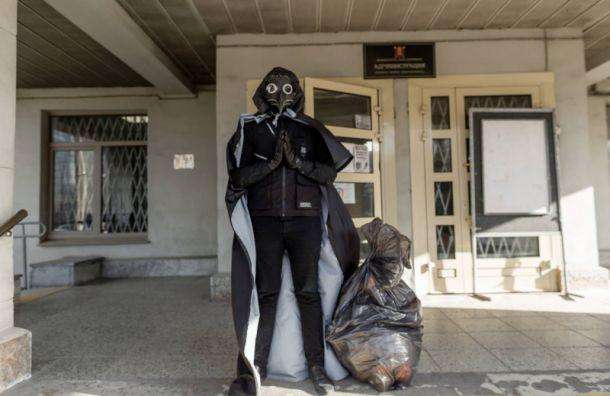 Активисты принесли мусор кзданиям администраций трех районов