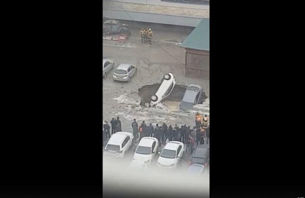 Видео: три машины провалились вразмыв напарковке уТЦ «Меркурий»