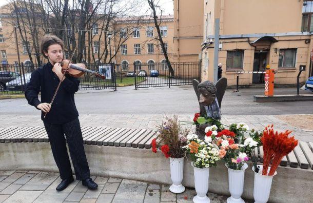 ВПетербурге почтили память погибших откоронавируса медиков