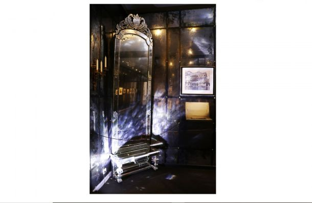 Петербуржец подарил Музею истории города старинное венецианское зеркало