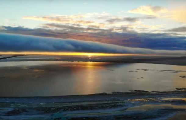 «Фантастика»: Фотограф запечатлел облако-трубу наФинском заливе