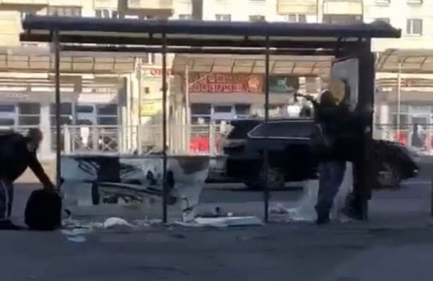 Мужчина разгромил топором остановку вВыборгском районе