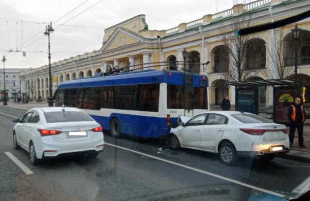 Иномарка влетела втроллейбус наНевском, есть пострадавшие