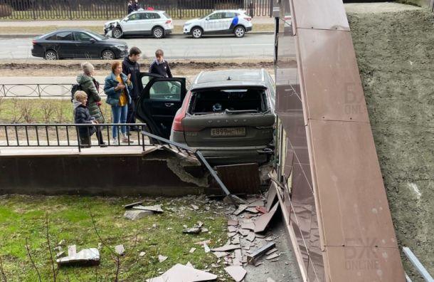Отец спас ребенка отлетящего наних автомобиля в«Балтийской жемчужине»