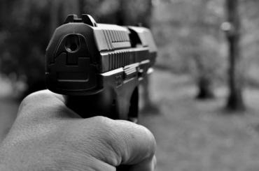 Мужчина угрожал пистолетом двум маленьким мальчикам