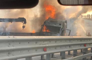 НаКАД два грузовика загорелись после столкновения— видео