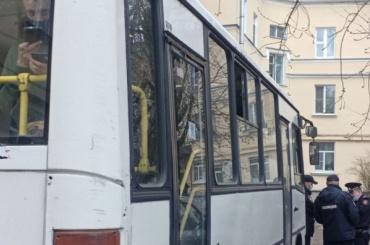 Задержанные намитинге взнак протеста отказались выйти изавтобуса