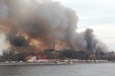 Сотрудники центрального аппарата МЧС выехали наместо пожара вНевской мануфактуре