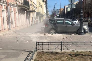 Петербуржец попал под камнепад наулице Чайковского