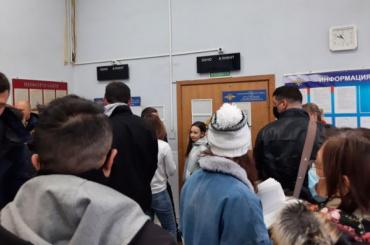 Петербуржцы пожаловались наогромные очереди зазагранпаспортами