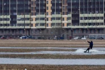 Видео: петербуржец прокатился накайтборде полуже вгороде Мурино