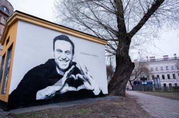 ВПетербурге появилось граффити спортретом Навального