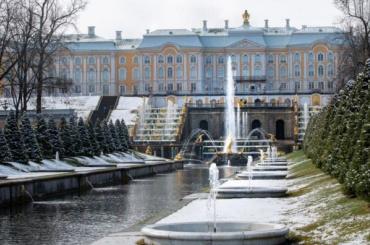 Музей-заповедник «Петергоф» показал заснеженные работающие фонтаны