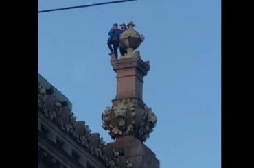 Руферы залезли накрышу Елисеевского магазина
