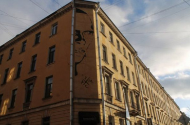 Чиновники требуют закрасить портрет Хармса настене дома наМаяковского