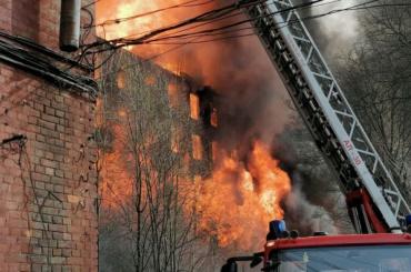 Более сотни пожарных тушат историческое здание Невской Мануфактуры
