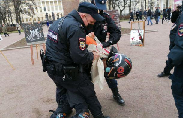 Полицейские сорвали выставку картин изадержали акциониста Павла Крисевича