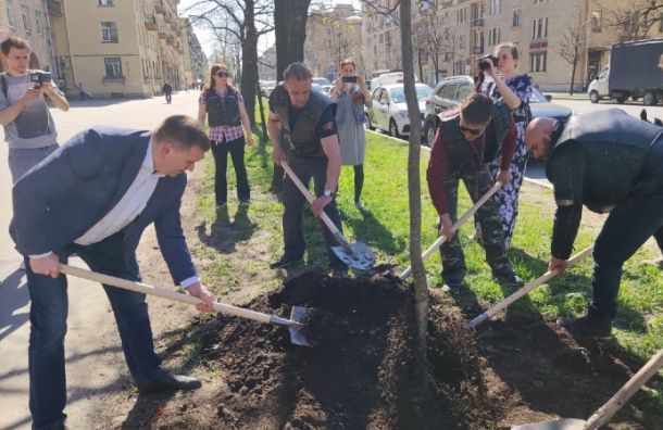 Байкеры поучаствовали возеленении Краснопутиловской улицы