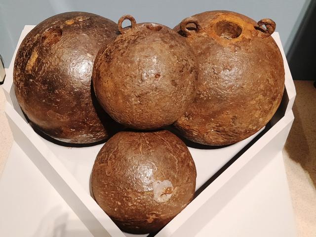 Чугунные мортирные бомбы Россия 1700-1703 годы (1).jpg