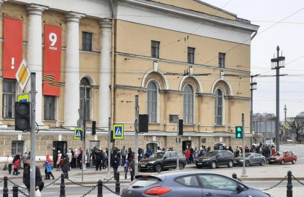 Петербуржцы впраздники стоят вогромных очередях вмузеи