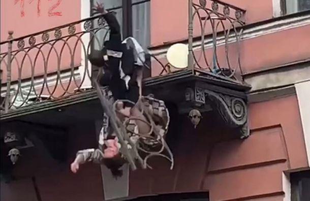 Женщина смужчиной свалились сбалкона наулице Декабристов после ссоры