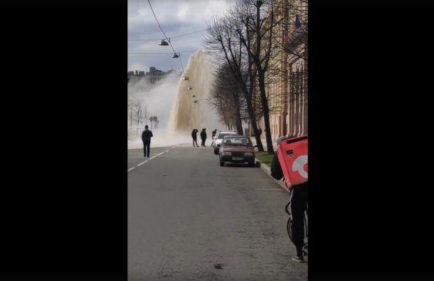 «Обходите это место»: вцентре Петербурга забил фонтан кипятка