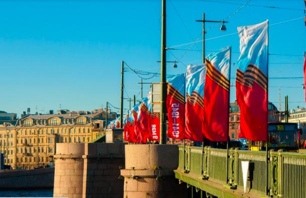 Петербуржцы отмечают День Победы: как проходит праздник