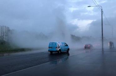 Видео: наЛенинском проспекте из-под земли забил фонтан