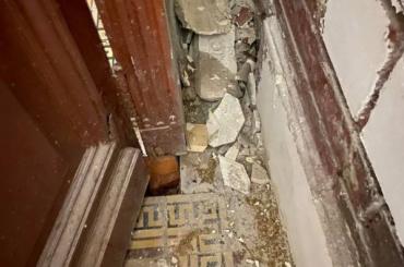 Жители дома наВасильевском острове борются снесанкционированным ремонтом парадной