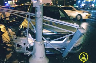 После аварии автомобиль ДПС врезался встолб