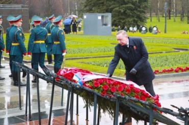 НаПискаревском кладбище возложили цветы впамять ожертвах Великой Отечественной войны