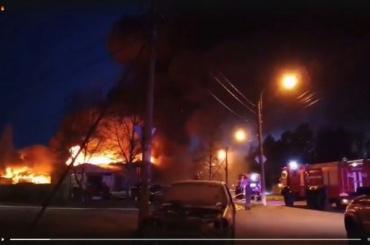Спасатели несколько часов тушили горящий автосервис вЗеленогорске