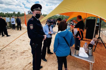 Полиция пришла наоткрытие арт-объекта «Оранжевая дюна» вЛомоносове