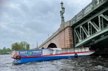 Прогулочный теплоход врезался вТроицкий мост