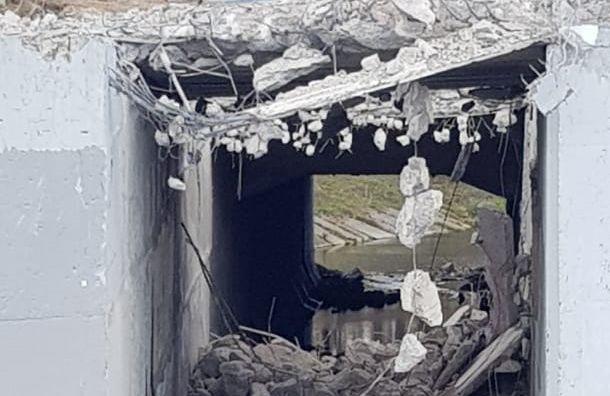 Вреку Дудергофка рабочие после ремонта моста сбросили бетон иарматуру